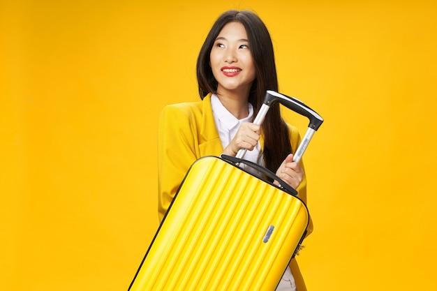 Femme asiatique, voyages, à, a, valise, dans, elle, mains, vacances, studio
