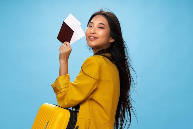 Femme asiatique, voyages, à, a, valise, dans, elle, mains, vacances