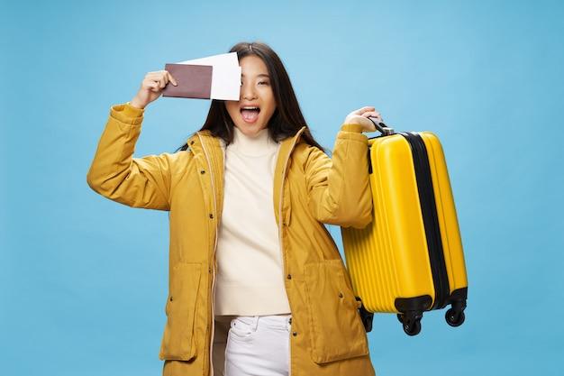 Femme asiatique, voyages, à, a, valise, dans, elle, mains