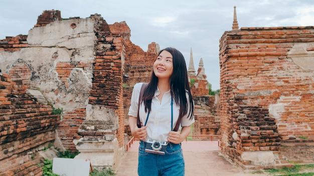 Femme asiatique voyageur passant des vacances à ayutthaya, thaïlande