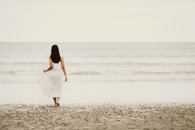 Femme asiatique voyageur se détendre sur la plage en thaïlande