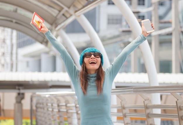 Femme d'asie voyage seule vient d'arriver à la gare