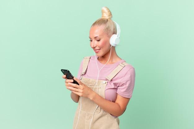Femme assez blonde écoutant de la musique avec un casque