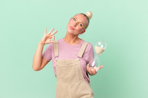 Femme assez blonde avec une horloge de sable