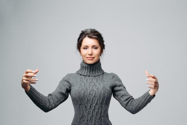 Femme assez gaie posant au studio