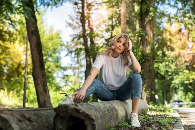 Femme assez heureuse, passer son temps dans le parc verdoyant, profiter de la nature