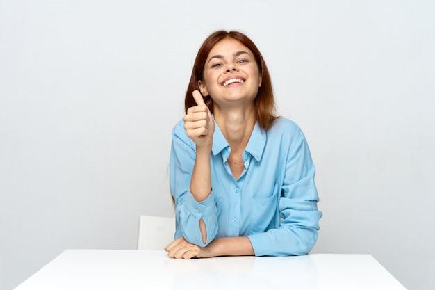 Femme assez heureuse avec les pouces vers le haut
