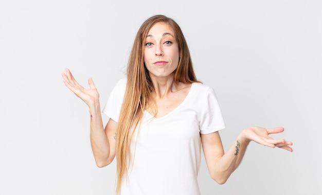 Femme assez mince à l'air perplexe, confuse et stressée, se demandant entre différentes options, se sentant incertaine