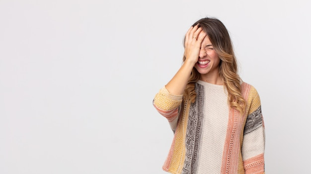 Femme assez mince en riant et en frappant le front comme pour dire dãƒâ¢ã'â€ã'â™oh! j'ai oublié ou c'était une erreur stupide