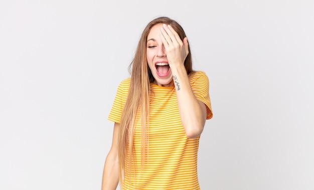 Femme assez mince en riant et en giflant le front comme pour dire dã¢â€â™oh! j'ai oublié ou c'était une erreur stupide