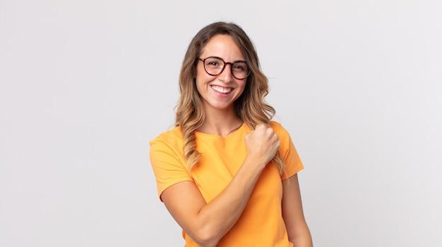 Femme assez mince se sentant heureuse, positive et réussie, motivée face à un défi ou célébrant de bons résultats