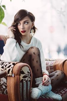 Femme assise sur une chaise dans un café