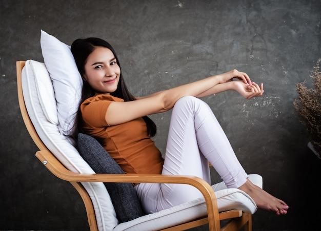 Femme assise sur une chaise avec sentiment de détente