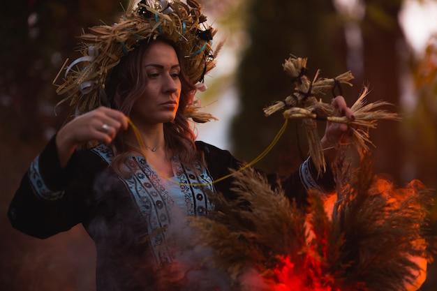 Femme assise dans un cercle pentagramme brûlant, magique.