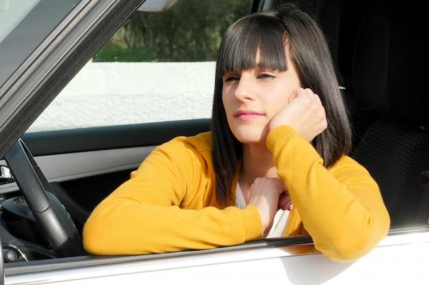 Femme assise dans la voiture