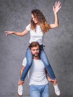 Femme assise sur les épaules de l'homme
