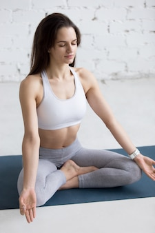 Femme assise avec les jambes croisées