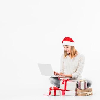 Femme assise avec un ordinateur portable sur le sol