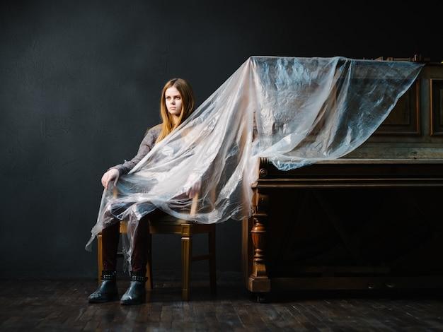 Femme assise près du studio de luxe intérieur piano et instrument de musique