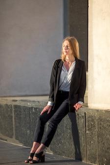 Femme assise et regardant au loin