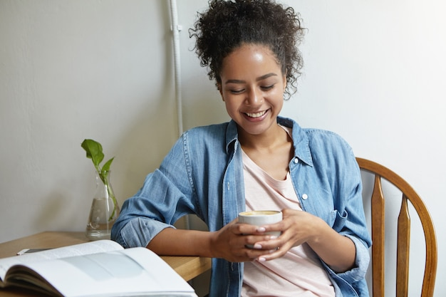 Femme assise à une table avec un livre