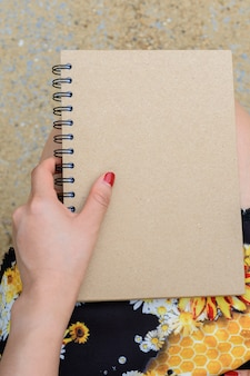 Femme assise et tenant un livre