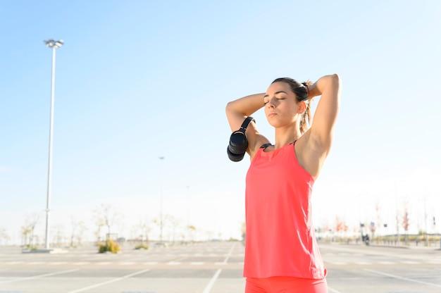 Femme athlétique au repos après un entraînement intensif