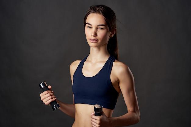 Femme athlétique bandages à la main punch entraînement studio de combat style de vie. photo de haute qualité