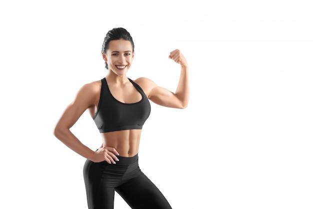 Femme athlétique démontrant des muscles forts.