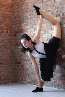 Femme athlétique, faire, gymnastique, étirage