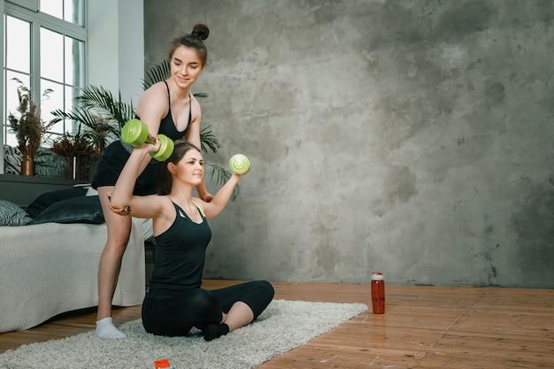Femme athlétique faisant des exercices de biceps à la main avec des haltères