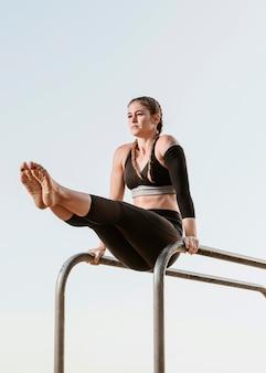 Femme athlétique faisant de la formation de remise en forme