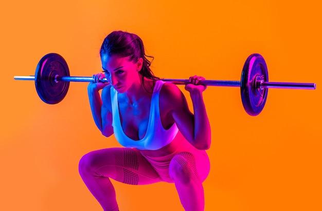Femme athlétique avec formation de vêtements de sport de remise en forme