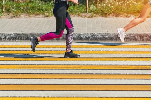 Femme athlétique jogging en tenue de sport dans la ville