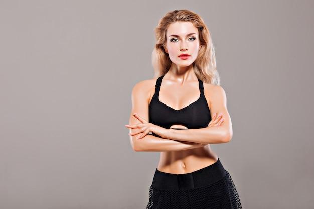 Femme athlétique posant dans son équipement