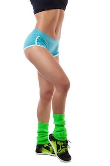 Femme athlétique posant en gros plan.