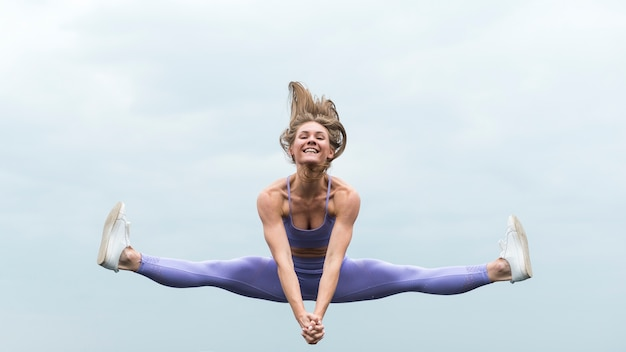 Femme athlétique, saut, long shot