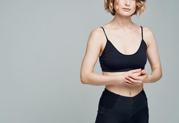 Femme athlétique séance d'entraînement stretch fitness silhouette mince. photo de haute qualité