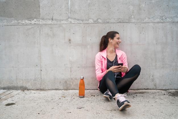 Femme athlétique, utilisation, sien, téléphone