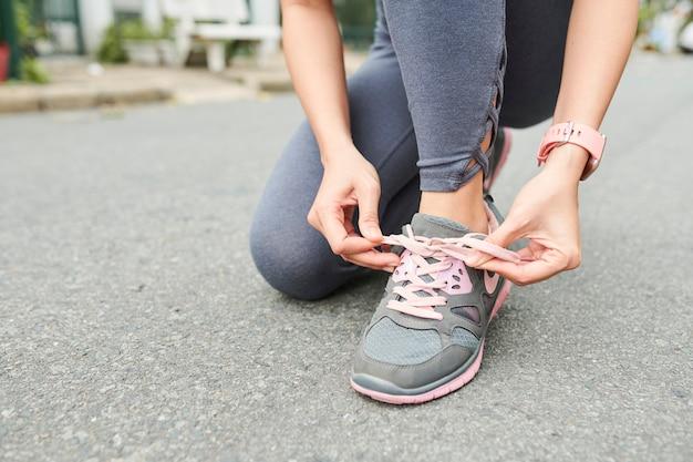 Femme attachant les lacets de chaussures