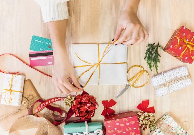 Femme, attacher, arc, sur, boîte cadeau