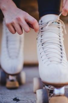 Femme, attacher, lacets, rollerskate