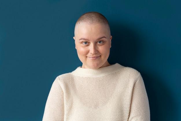 Femme atteinte d'un cancer du sein posant
