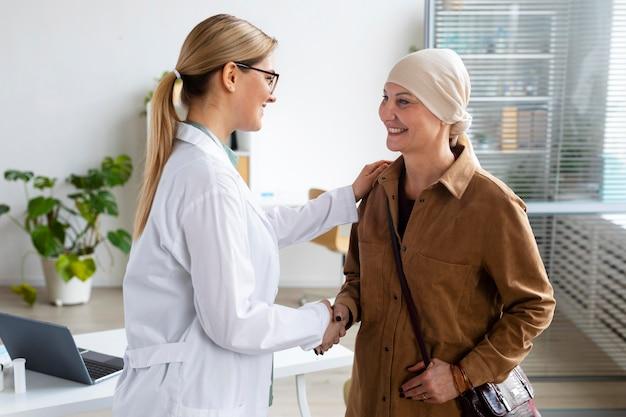 Une femme atteinte d'un cancer de la peau parle avec son médecin