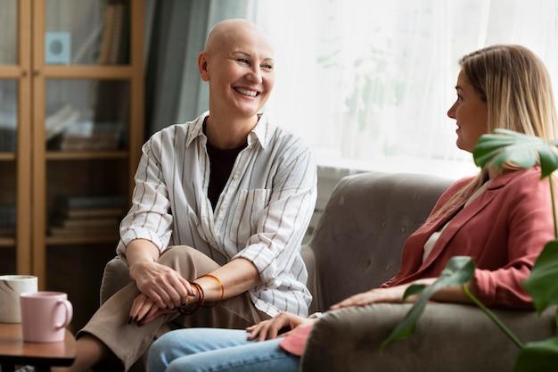 Une femme atteinte d'un cancer de la peau passe du temps avec sa meilleure amie