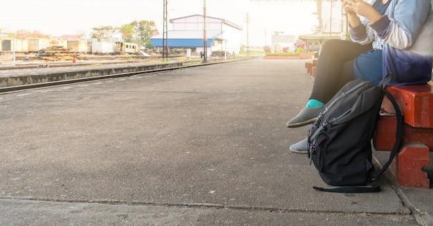 La femme attendait le train pour voyager et tourisme