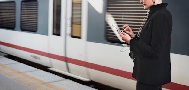 Femme attendant un train sur le quai