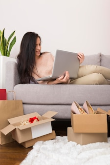 Femme en attente de ventes cyber lundi