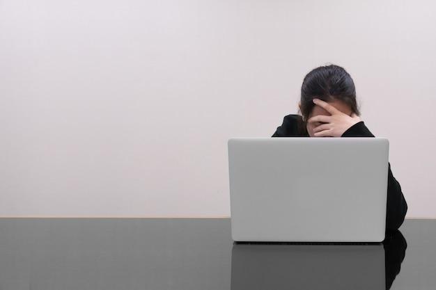 Femme, attraper, sien, tête, devant, ordinateur portable