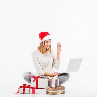 Femme au bonnet rouge faisant un appel vidéo